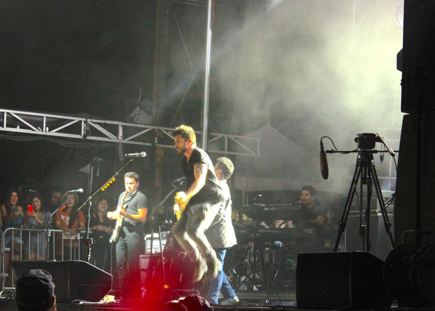 Juanes, a Colombia native, knows how to pump up a crowd.