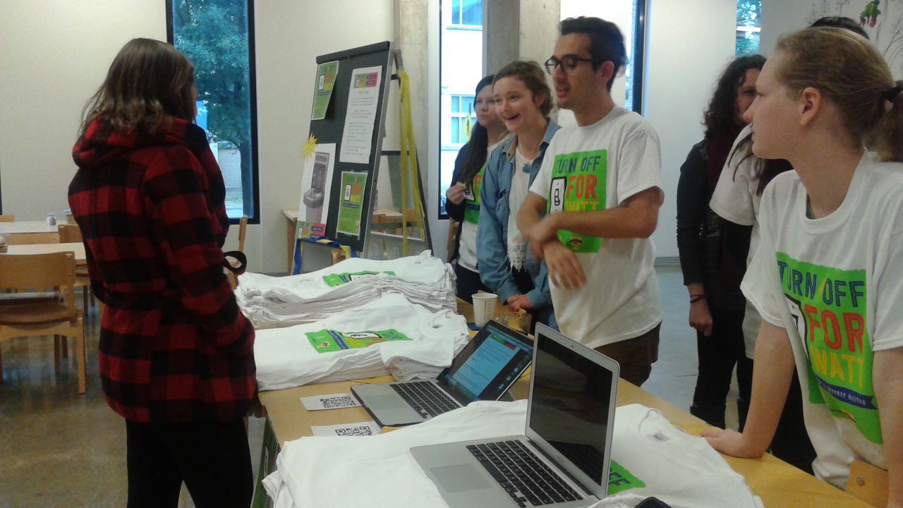 Students for Sustainability givestudents a t-shirt in exchange for pledging to reduce their energy consumption.