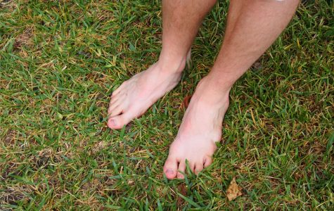 VIEWPOINT: Barefoot students embody Austin culture by comfortably not wearing shoes