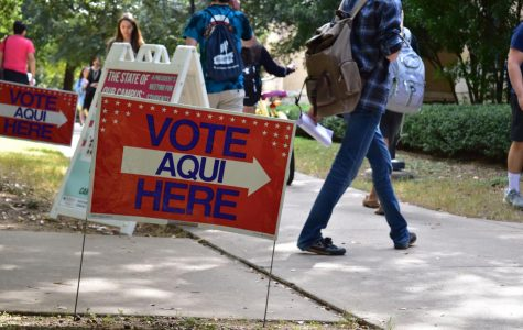 Hundreds turn out for early voting on St. Edward's campus amid Trump, Clinton investigations